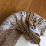 drugoj-sposob-zakreplenija-tkani-na-uglah-150x150 Переделка старой мебели: реставрация табурета (фото)