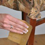 udalenie-starogo-laka-150x150 Переделка старой мебели: реставрация табурета (фото)