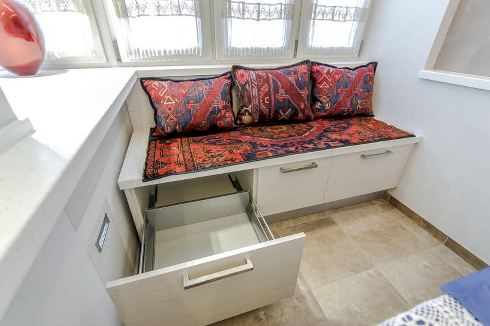 Шкаф диван на балкон.