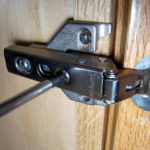 kak-otregulirovat-petli-na-dvercah-kuhonnogo-shkafa-39-150x150.jpg